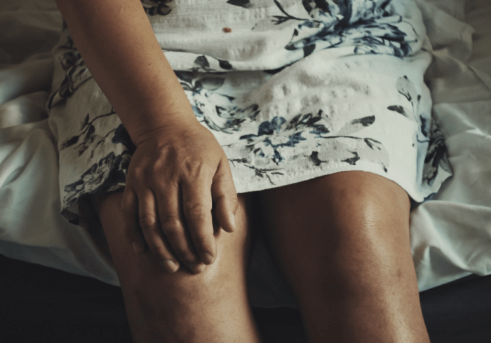 Can flat feet cause knee pain?